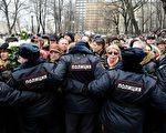 3月3日,俄國克里姆林宮的批評者涅姆佐夫的葬禮在莫斯科舉行,大量民眾到場悼念。(OLGA MALTSEVA/AFP)