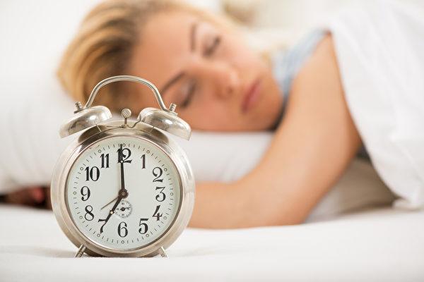 專家教你在床上做幾個動作,每個做一分鐘後再起身,讓你以健康的狀態迎接嶄新的一天。(fotolia)
