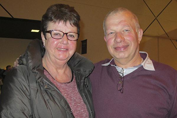 2015年3月3日,Hans Spierenburg和妻子Rea Spierenburg在荷兰海牙的路圣特舞蹈剧院一起观看了神韵演出后感到惊喜不已。(麦蕾/大纪元)