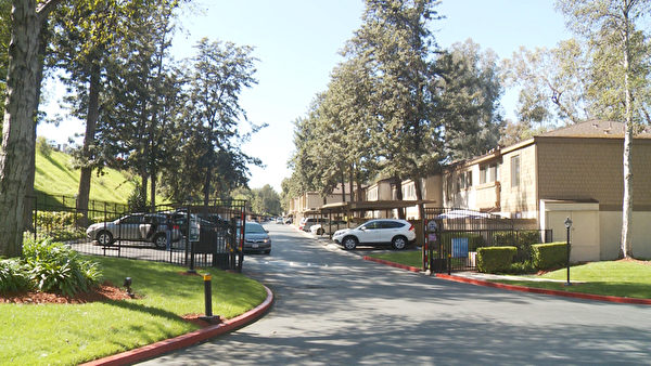 Pheasant Ridge豪华公寓停车区入口。(郑浩/大纪元)