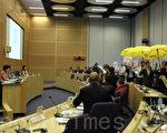 林鄭月娥昨日出席西貢區議會會議時,多名區議員舉起黃傘,高叫「我要真普選」,離場抗議。(蔡雯文/大紀元)