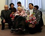 创下全球最长寿的吉尼斯世界纪录的日本女人瑞大川美佐绪,将于5日迎来117岁生日。她居住的大阪住吉区区长今天前往大川生活的养老院,给大川送上鲜花,提前为她庆生。(Buddhika Weerasinghe/Getty Images)