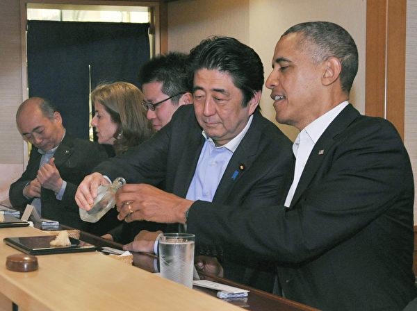 在日本与别人喝酒,不能自己倒酒喝。图为日本首相安倍晋三帮美国总统奥巴马倒酒。(AFP)