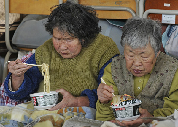 日本人认为吃面发出声音表示好吃之意。(KAZUHIRO NOGI/AFP/Getty Images)