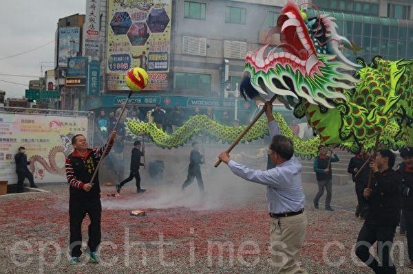 苗栗市长邱炳坤与市代表组成的舞龙队,在烟硝弥漫中体验火旁龙滋味。  (许享富 /大纪元)