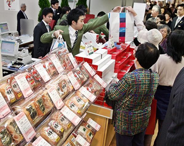 到日本人家里做客要带伴手礼。图为日本民众在买礼物。(YOSHIKAZU TSUNO/AFP/Getty Images)