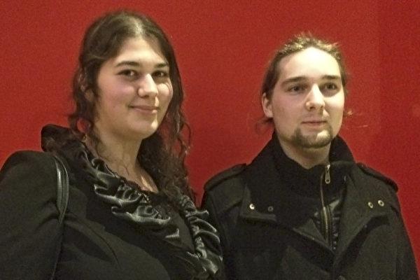 3月4日晚,身为艺术家的Charlotte Bol女士和男友一起慕名来海牙观看神韵演出。(李云帆/大纪元)