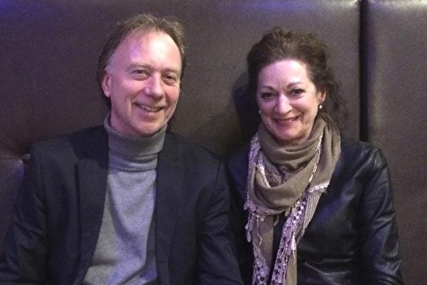 理疗师Ron Jansen先生和Aus Heudrelee女士一同观看了3月5日晚上的神韵演出。(李云帆/大纪元)