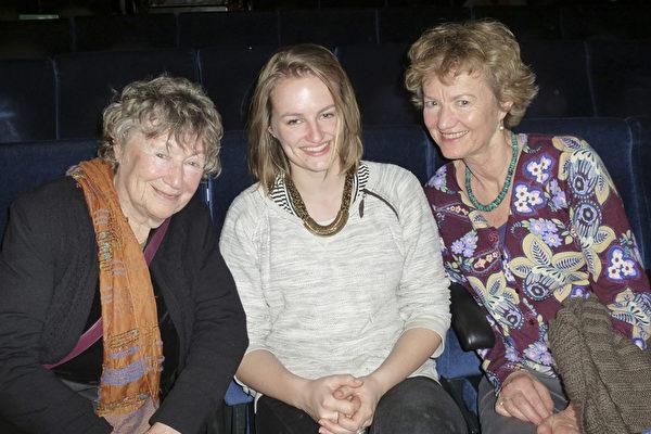 荷兰内政部官员Iris Poelert-Lutz与母亲、女儿一起观看了神韵在海牙的最后一场演出,被神韵所表现的善的力量深深感动。(林达/大纪元)