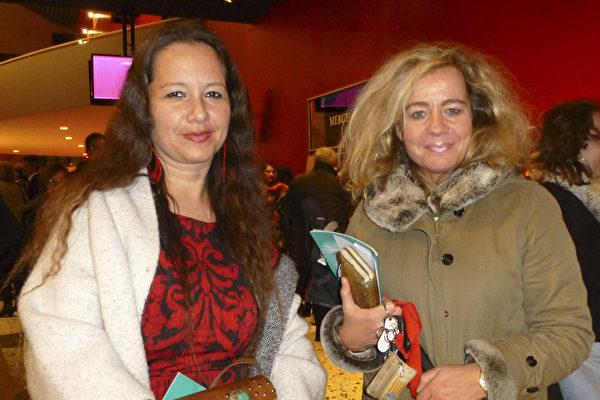 Venus女士(左)是一名荷兰法院的法官,她的朋友Marion女士从事幼儿教育工作。2015年3月4日晚,她们观看了神韵国际艺术团在海牙路圣特舞蹈剧院的最后一场演出。(林达/大纪元)