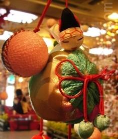"""为家中孩儿们带来幸福、保佑顺利成长的日本吉祥人偶""""三番叟""""吊饰。(和和/大纪元)"""