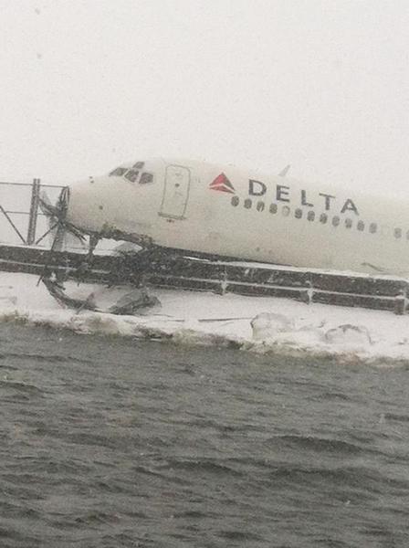 3月5日,美国纽约拉瓜迪亚机场,大雪中达美航空一架客机滑出跑道。(New York City Fire Department (FDNY) via Getty Images)