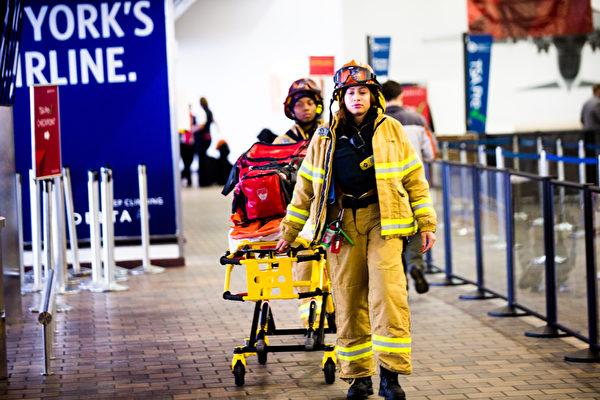 3月5日,美国纽约拉瓜迪亚机场,地面救护人员。(Andrew Theodorakis/Getty Images).
