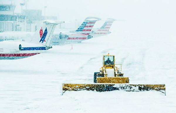 3月5日,美国纽约拉瓜迪亚机场的积雪。(Andrew Theodorakis/Getty Images).