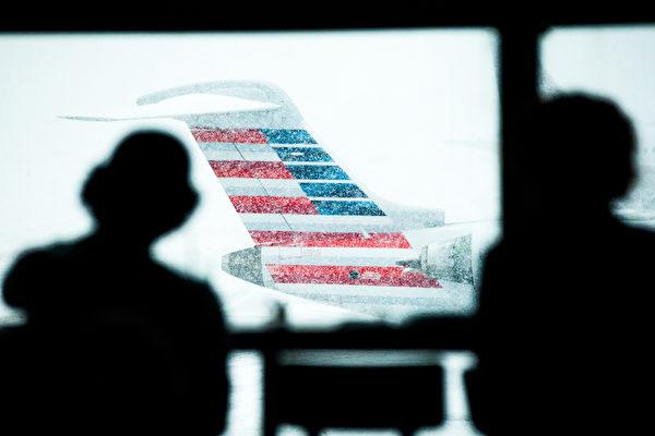 3月5日,美国纽约拉瓜迪亚机场,大雪中停飞的客机。(Andrew Theodorakis/Getty Images).
