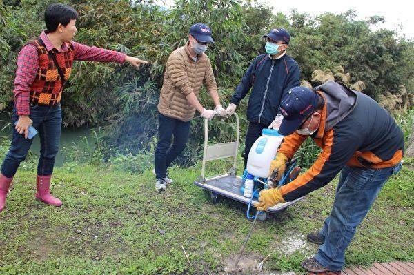 左一 陈滢如 药剂灌注防治红火蚁。(谢月琴/大纪元)