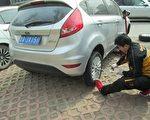 2015年,两会期间孙文广的车遭暴力毁胎。(作者提供)