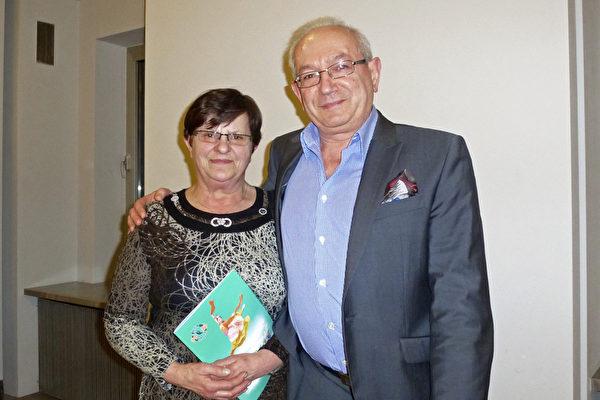 2015年3月7日晚,波兰大型集团公司经理Eugeniusz Wieczorek夫妇观看了神韵国际艺术团在罗兹的第一场演出。(林达/大纪元)