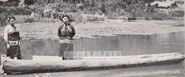 邵族婦女與獨木舟。(圖片提供:tony)