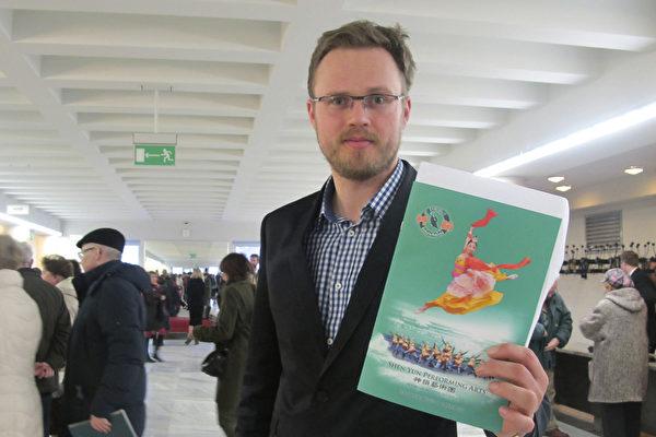 """波兰经济学家Michał Woski前来观看了演出。他高兴地说:""""神韵给了我一个惊喜。""""(麦蕾/大纪元)"""