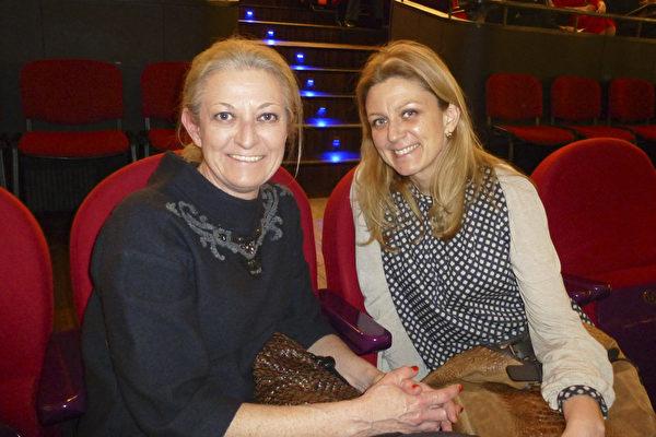 2015年3月8日下午,神韵国际艺术团在波兰罗兹大剧院的最后一场演出圆满落幕。来自首都华沙的公司老板Malgorzata Dikof(右)与妹妹Renata Pieczynska专程观赏了神韵演出,感动不已。(林达/大纪元)