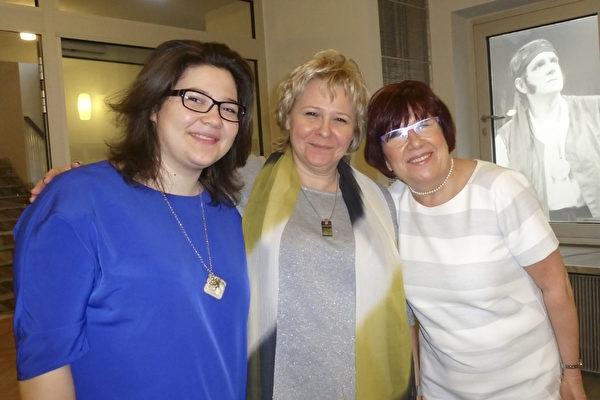 2015年3月8日下午,Iwona Gajos医生(右)与她的朋友Beata Bartelmus(中)和她的女儿Monika一起观赏了神韵艺术团在波兰罗兹的最后一场演出。她们感到神韵所给予她们的信息积极向上并充满光明。(林达/大纪元)