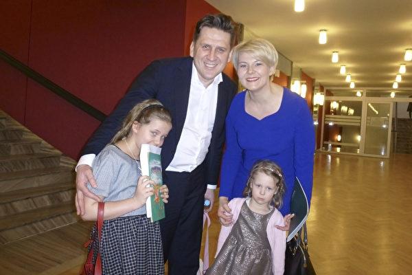 Karasiwski夫妇都是律师,2015年3月8日下午,他们带着两位小女儿观看了神韵国际艺术团在波兰罗兹的最后一场演出,心中充满感动。 (林达/大纪元)