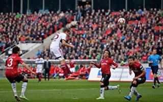 拜仁客场3-1逆转汉诺威。图为穆勒头球打入第三个进球瞬间。(Stuart Franklin/Bongarts/Getty Images)