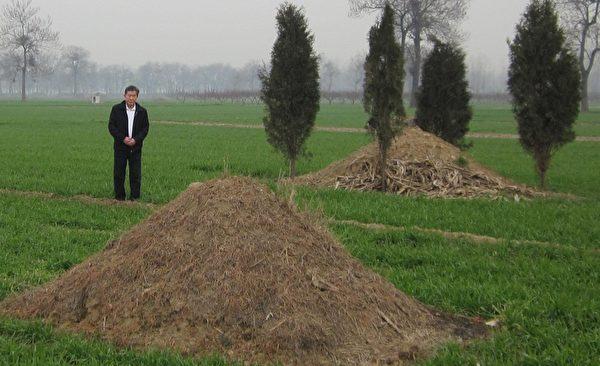 陈秉中在司机邵师傅父母合葬墓前默哀,合葬墓旁是死于艾滋病的他三叔的坟墓。(作者提供)