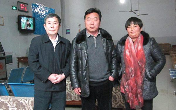 陈秉中同朱龙伟夫妇无法交谈在火车站候车室一别(作者提供)