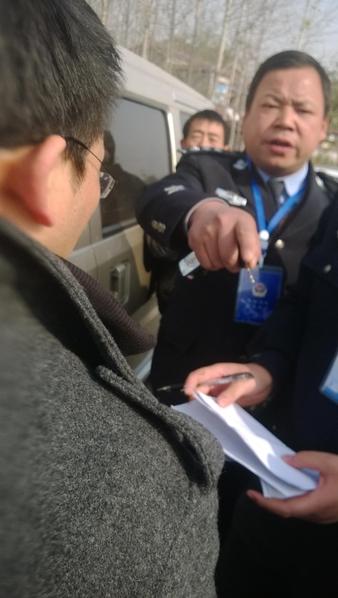 态度蛮横的警察检查陈秉中陪同人员的证件(作者提供)