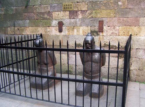 秦桧夫妇反剪双手,面墓而跪。(作者提供)