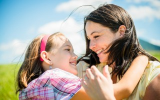 研究指出: 学习关爱碰触,可有效改善人际关系,增进亲子互动。(fotolia)