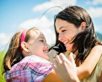 轻轻温婉的牵着小孩的手长大,帮着我们雕塑一颗温柔美好的心,同时也滋养灌溉著另一颗纯真善良的心。(fotolia)