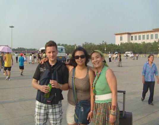 范净娟女士(右一)被强制医疗前在北京与友人一起合影(家人提供)