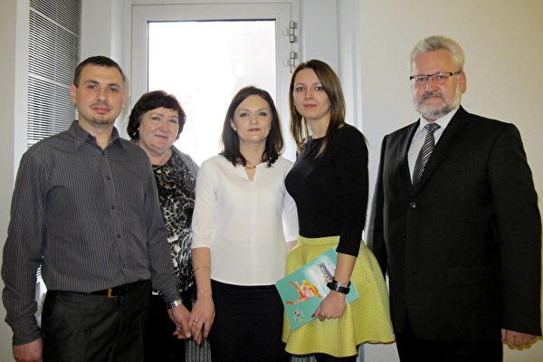 Roman Walas(右)是波兰Drobne Kroki 基金会主席,周末他带着家人和亲戚一起观看了美国神韵国际艺术团在波兰的最后一场演出。(麦蕾/大纪元)