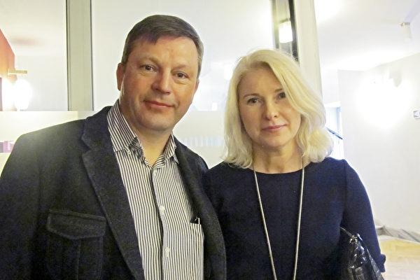 波兰企业家Skorupa夫妇在朋友的推荐下,结伴前来观看了神韵的演出。(麦蕾/大纪元)