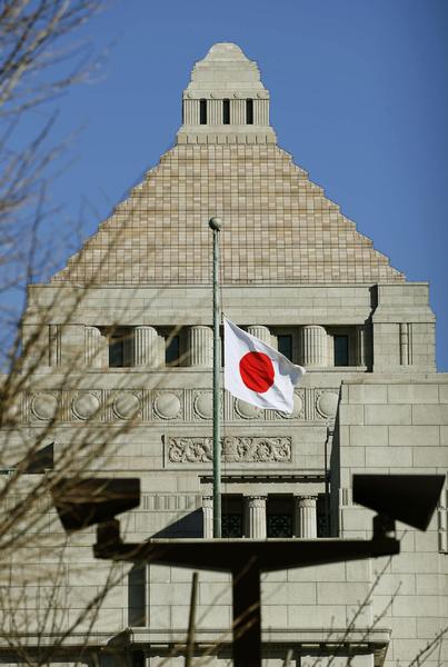 日本国会议事堂外11日降半旗,悼念311东日本大地震4周年。(共同社提供)