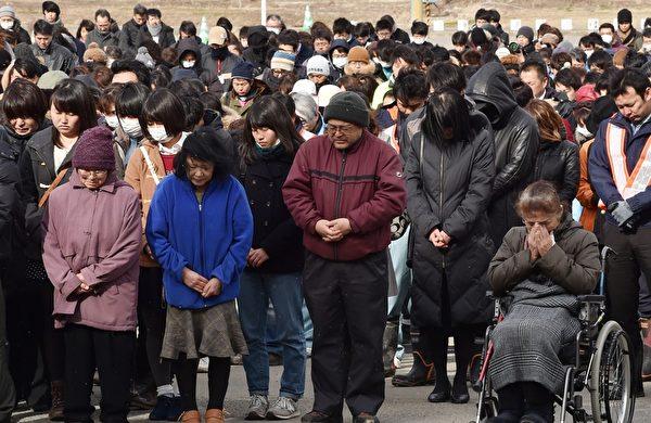 3月11日,宫城县名取市Yuriage初中追悼海啸遇难者的集会上,参与民众为罹难者祝祷。(KAZUHIRO NOGI/AFP/Getty Images)