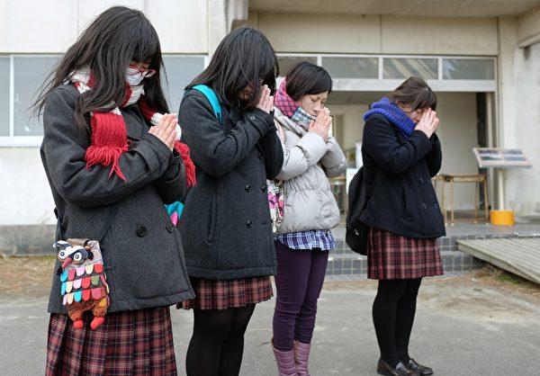 3月11日,宫城县名取市Yuriage初中追悼海啸遇难者的集会上,学生无声的祷告。(KAZUHIRO NOGI/AFP/Getty Images)