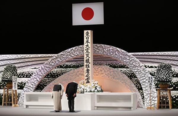 3月11日,日本明仁天皇(右)和皇后美智子出席了在东京的遇难者全国追悼会,鞠躬追悼受难者。 (Toru Hanai/AFP)