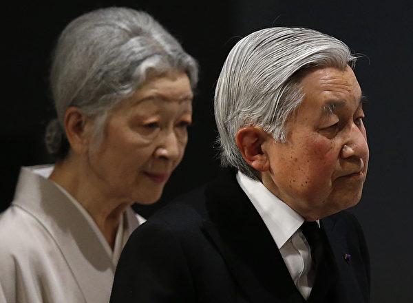 3月11日,日本明仁天皇(右)和皇后美智子出席了在东京的遇难者全国追悼会。 (Toru Hanai/AFP)