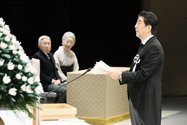 日本政府11日下午在东京都千代田区的国立剧场主办东日本大地震悼念仪式,日皇明仁和皇后美智子出席,首相安倍晋三仪式上致辞。(共同社提供)