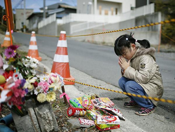 日本311东日本大地震11日届满4周年,宫城县石卷市一名女孩追怀死于震灾的好友。311大地震造成1万8000多人罹难或失踪,并引发福岛核灾。 (共同社提供)
