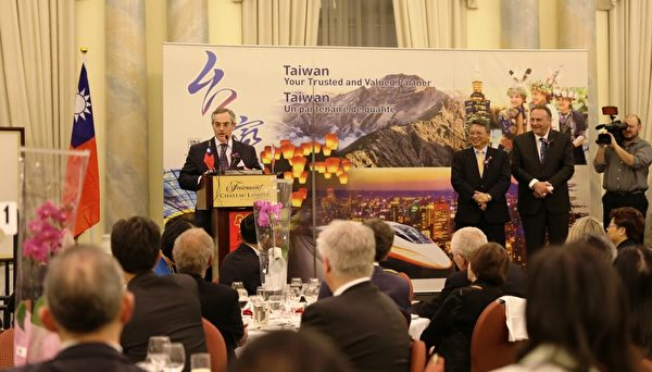 "Tony Clement部长发言中表示,台湾和加拿大的关系非常重要,肯定了台外在国际事务中的重要地位。 他说:""这个庆典不仅仅是(华人)社区庆祝新年的时刻,也是亲朋好友寻根祝福的时刻。""他最后代表自己和加拿大政府祝各位新年快乐。(梁耀/大纪元)"