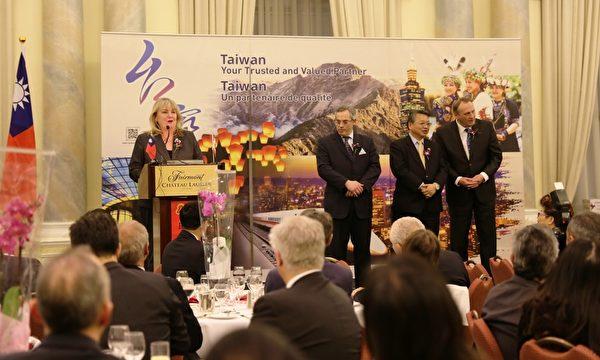 """Kerry-Lynne Findlay部长在演讲中回顾了自己2011年9月台湾之行受到热情的欢迎,对此她表示感谢。她说祝福大家:""""羊年伊始是平安、发达、决心和充满生机的新篇章,这不仅仅是对台湾,也是对所有世人(的祝福)。""""(梁耀/大纪元)"""