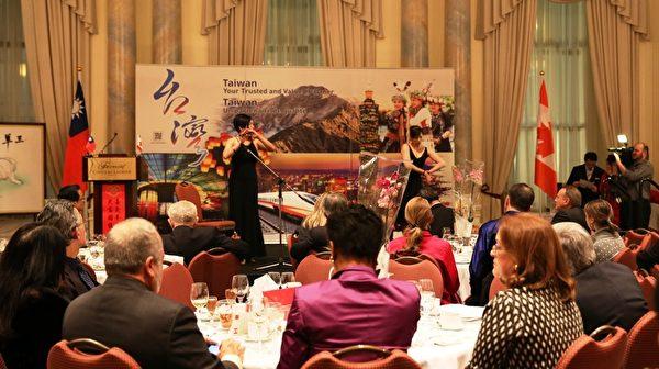 邹舒妮女士的竹笛演奏和Genevieve La女士的独舞让现场观众大开眼界。(梁耀/大纪元)