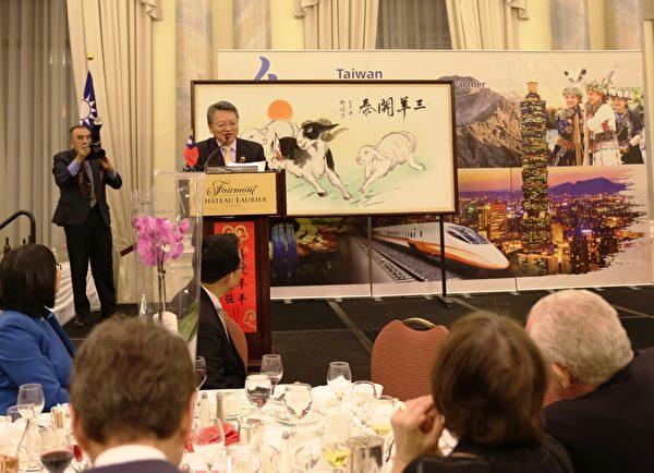"""令狐代表感谢人们对边关系的支持和友谊。在演讲,他用中文祝大家""""羊年快乐!羊年行大运!""""(梁耀/大纪元)"""