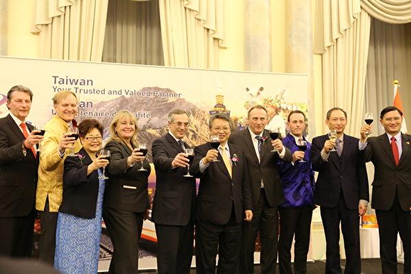 令狐代表和各位部长、国会议员向大家祝酒、拜年。(梁耀/大纪元)
