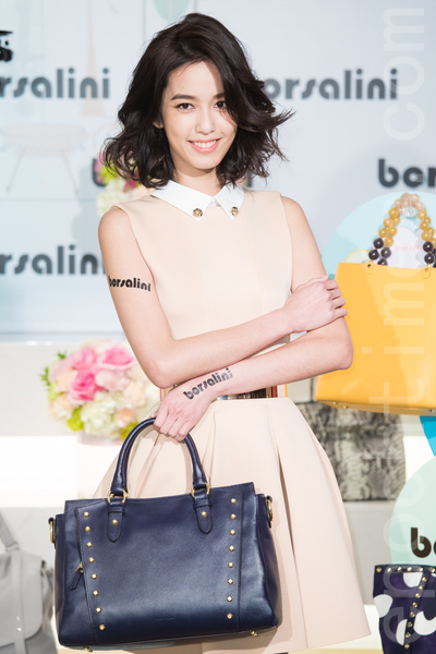 藝人陳庭妮3月12日在台北出席代言活動,連換兩套春裝走秀展演包款,她表示自己是很戀舊的人。(陳柏州/大紀元)